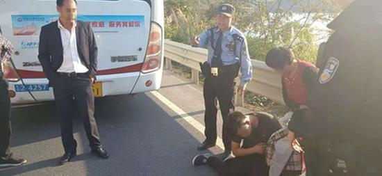 男子公交车上耍酒疯 辱骂司机要求停车被行拘