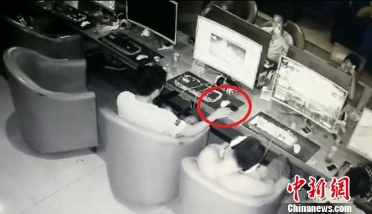 男子第6次因行窃被抓:网吧偷手机想当礼物送妻子