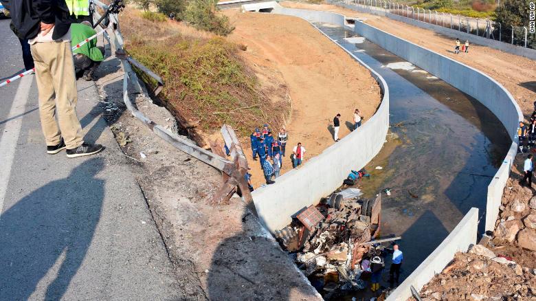 土耳其一辆载有移民的卡车翻车 致22死13伤