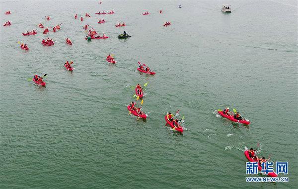 广西柳州:雨中竞渡展激情