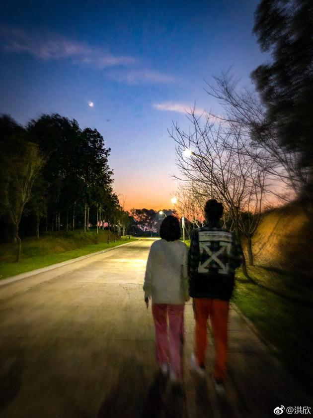 洪欣张丹峰牵手散步背影朦胧 大秀恩爱场景唯美