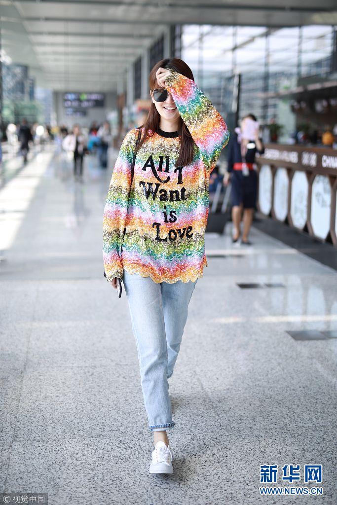 乔欣街拍:彩虹色亮片毛衣牛仔裤帆布鞋 清爽靓丽