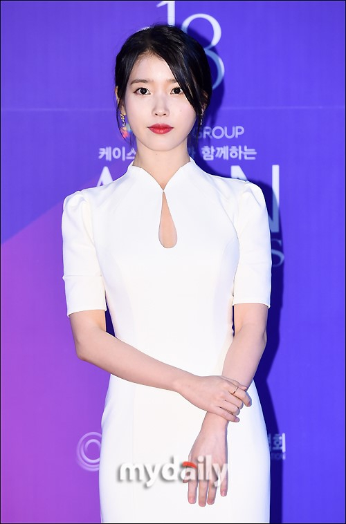 组图:韩星IU穿改良旗袍走红毯 气质古典身材曲线美