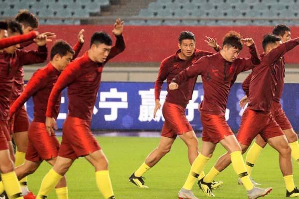 中国男足抵达南京冒雨训练 将迎战叙利亚男足