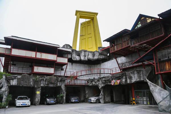 重庆一楼顶悬立8米高大门 被戏称