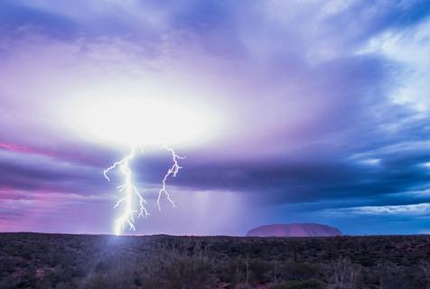 """摄影师拍""""澳洲之心""""艾尔斯岩风暴如世外秘境"""