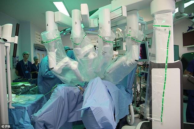 英国首次使用四臂机器人实施手术 加快病人康复