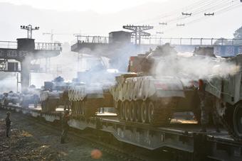 一日横跨中国南北!96A坦克用铁路整建制投送