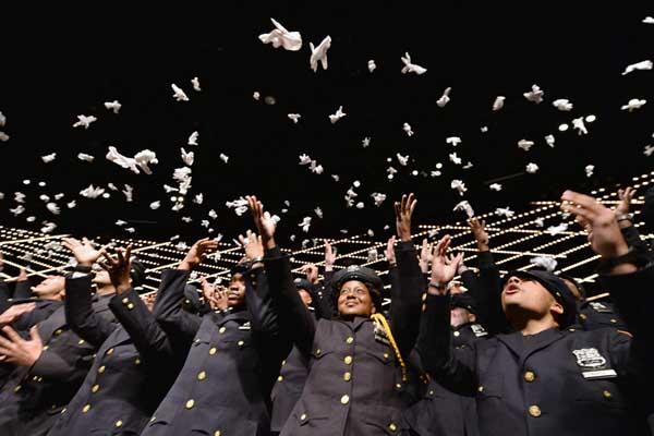 青春洋溢朝气十足!纽约市警察学院毕业典礼盛大举行