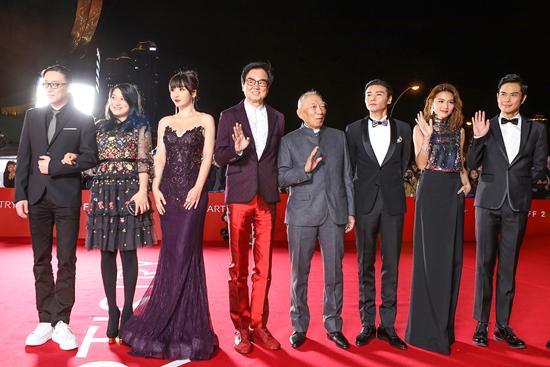 柳岩低胸鱼尾裙惊艳釜山电影节闭幕红毯