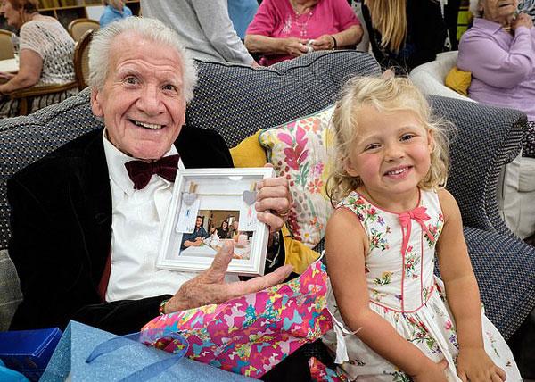 暖心!英节目让儿童与孤寡老人互动排解老人孤独