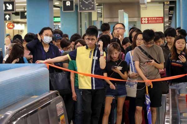 香港港铁信号故障 九龙塘站实施人流管制