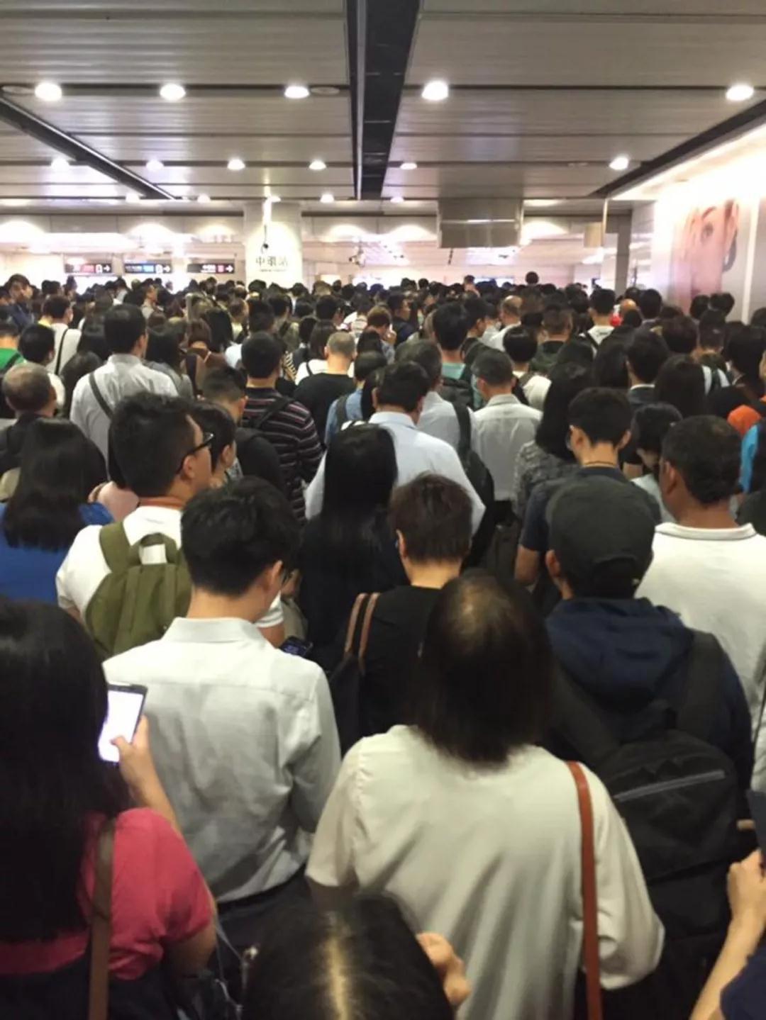 """史上第一次!今天的香港地铁""""四线全瘫"""""""