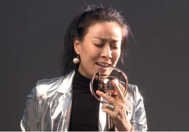 她是比那英还红的女歌手,为了爱情隐退,50岁才生孩子