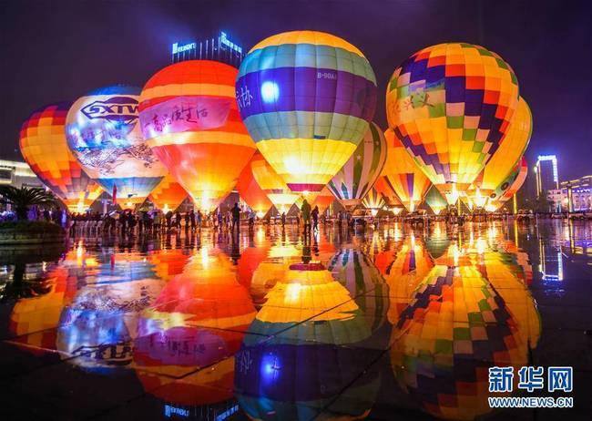 贵州兴义:多彩热气球点亮夜空(组图)