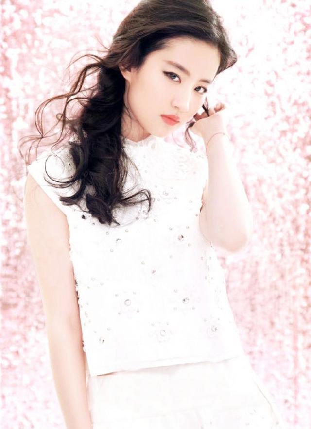 刘亦菲是全家最丑的?看到韩雪李小璐的妈妈,不得不说基因真强大