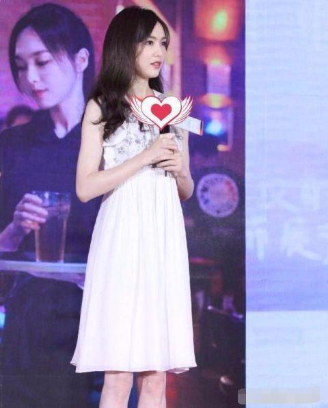 女星同穿白色裙子,杨幂真女神,赵丽颖高贵美,她让人移不开眼睛