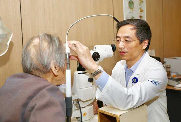 杭州102岁老太做白内障手术:重拾玩了16年的电脑游戏