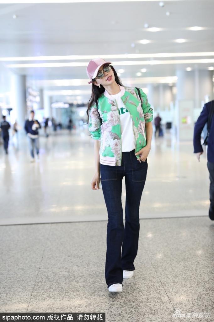 林志玲穿印花夹克休闲表态 粉色帽子尽显少女心