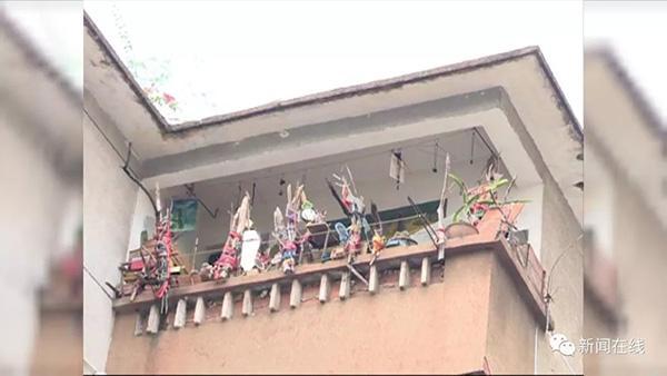 """广西居民在阳台挂了上百面镜子,称对面宿舍楼""""妖气太重"""""""