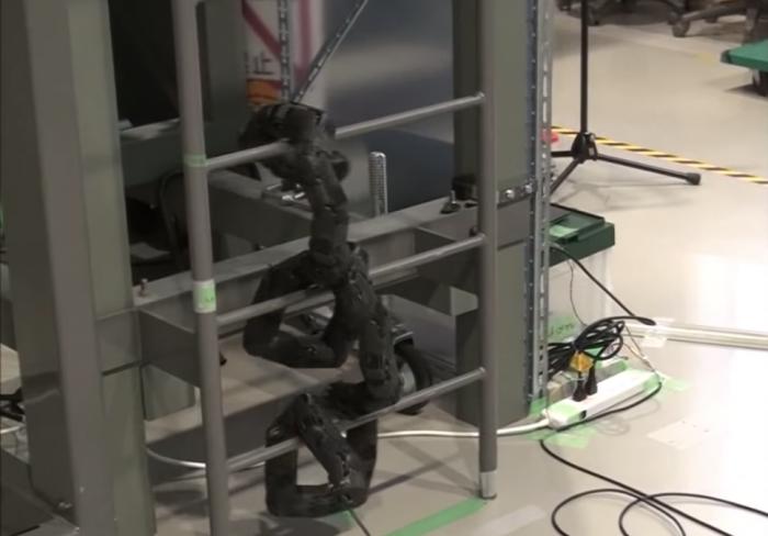 日本大学联合团队研发可竖直爬梯的蛇形机器人