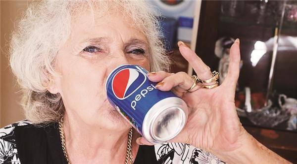 77岁英国老太每天喝四罐可乐 身体健康身材苗条