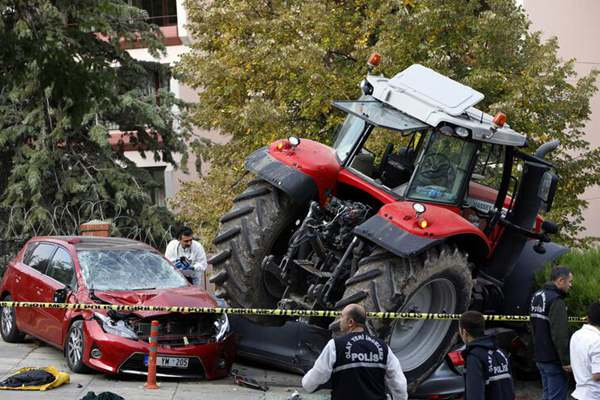 土耳其男子开拖拉机横冲直撞碾压多辆汽车 被警察开枪逼停