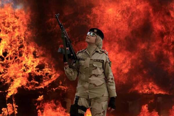 巴基斯坦执法部门焚烧数吨毒品 现场火光汹涌