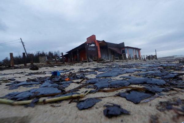 地中海两船相撞事故引发严重污染 法国海滩遍布黑色油污