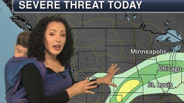 美国女天气预报员背孩子播报天气走红网络