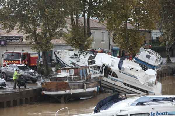 法国特雷贝爆发山洪 汽车轮船横倒路边损失惨重