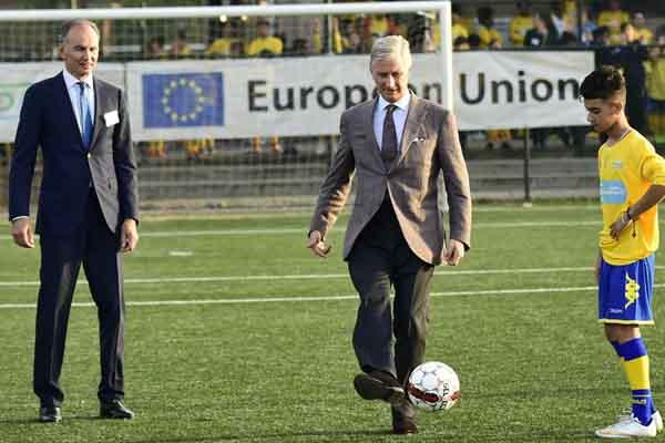 比利时国王菲利普参观少年足球俱乐部 亲自上阵秀脚法