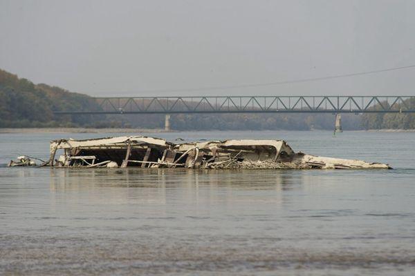 多瑙河受干旱所累水位骤降 二战沉船露出水面