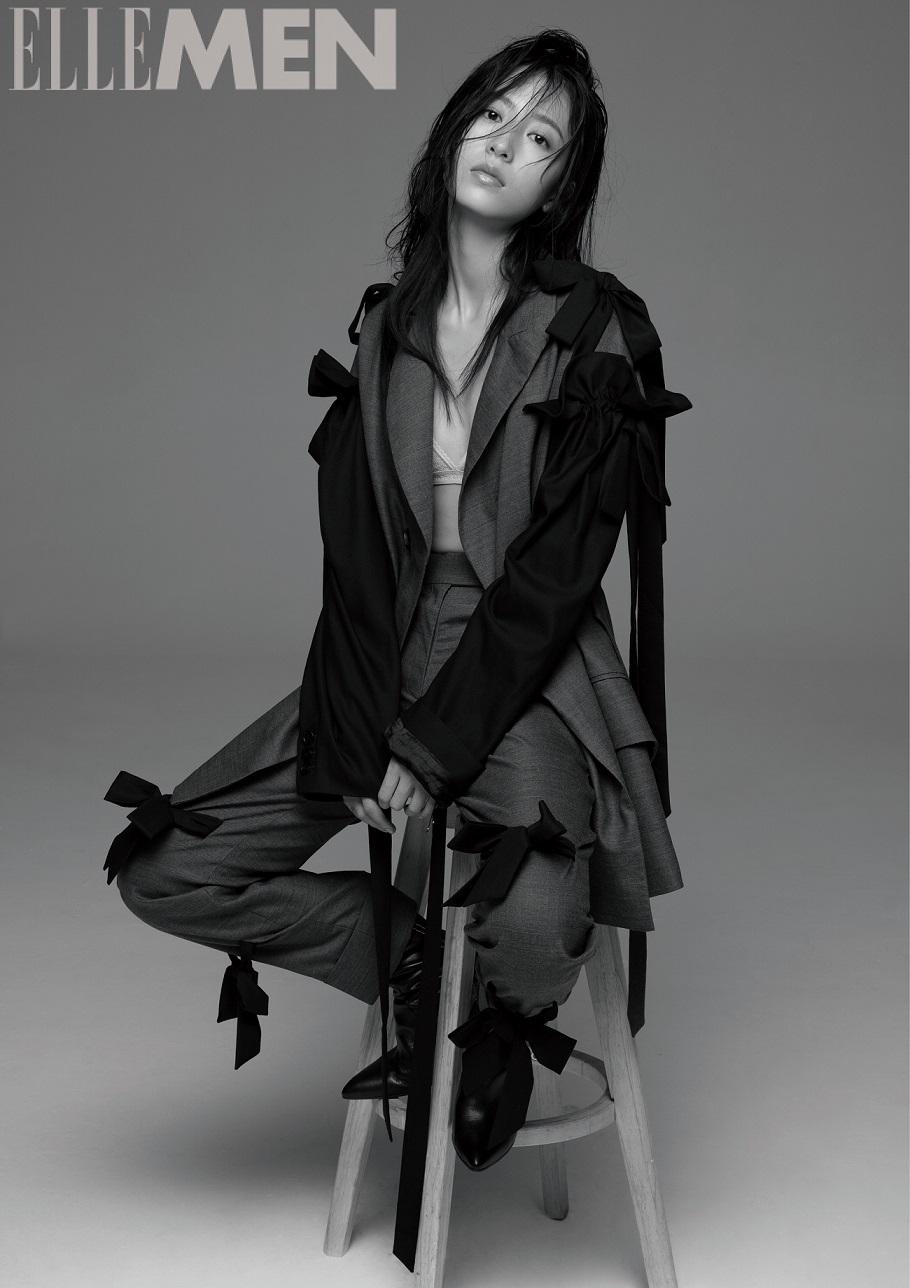 周雨彤黑白杂志大片曝光 演绎暗黑系少女的束缚
