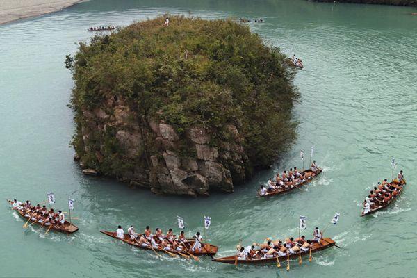 日本熊野河举办划船赛 参赛者水上竞速祈求丰收