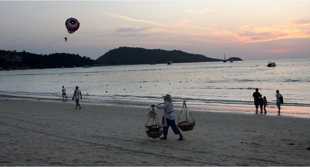 俄媒:普吉岛警告称海滩随时有危险 游客需保持警惕