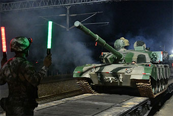 东部战区夜色中装卸载坦克考验野战机动能力