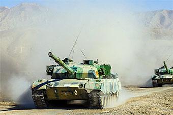坦克分队训练尘土漫天 提升部队实战能力