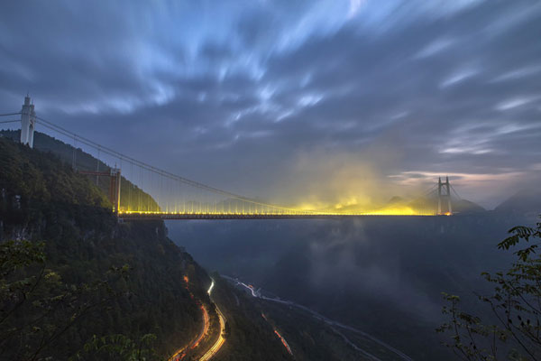 实拍湖南湘西矮寨大桥车轨 蔚为壮观