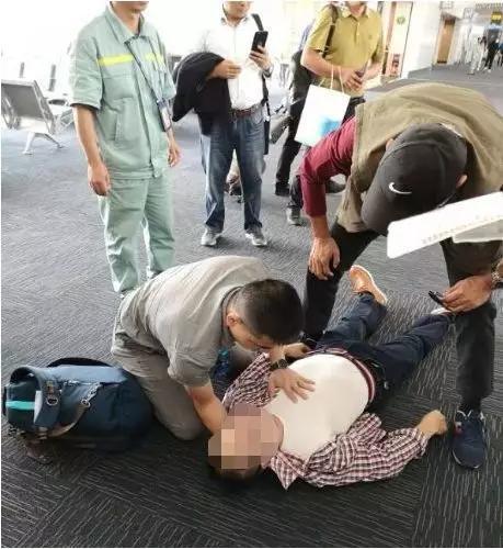 人群中被陌生男人看了一眼 他在机场捡回一条命