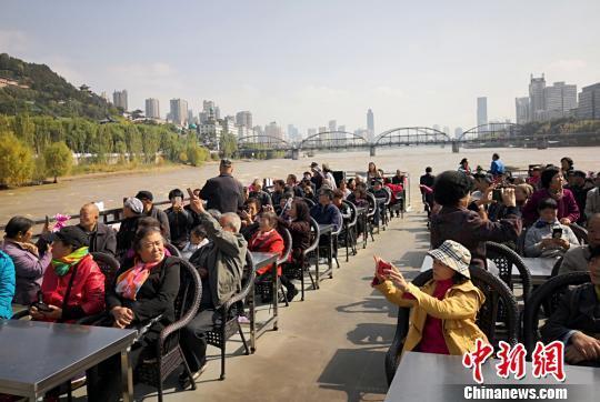 兰州黄河游船重阳节邀老年人免费游 倡民众尊老敬老