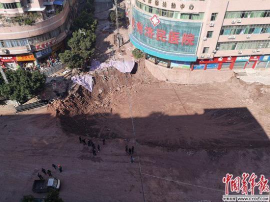 街道人行道塌陷 当地人:附近台阶平时就有点往下掉