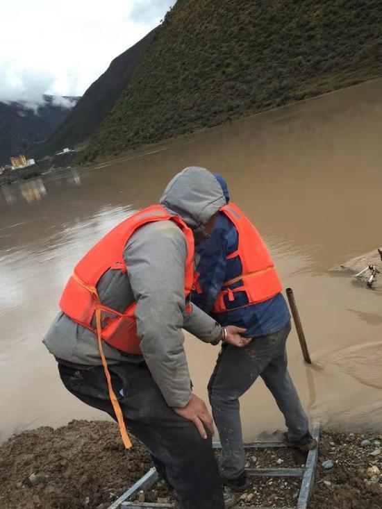 水位监测人员正在准备安装设备。昌都市水文局图