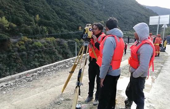 水位监测人员正在现场工作15分钟传回一次数据。澎湃新闻 赵孟 图
