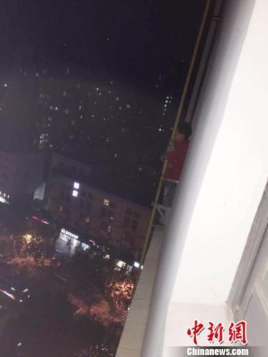 """6岁男童翻到15楼窗外喊""""救命"""" 民警狂奔330级台阶救人"""