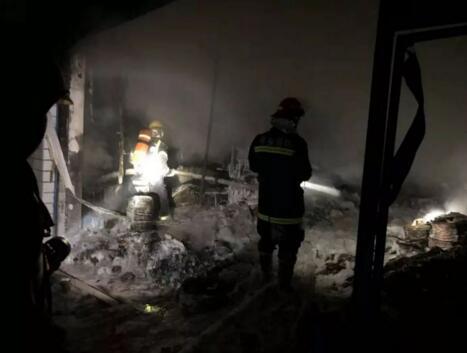 萍乡安源区一仓库突发火灾 产生大量有毒气体