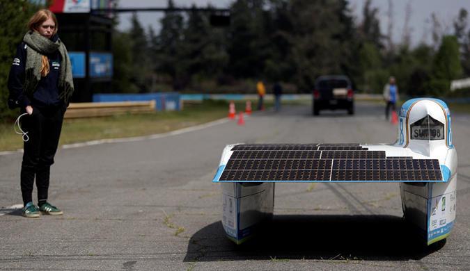 智利举办太阳能汽车比赛 参赛车辆造型奇特似游艇
