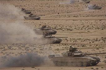 阿尔及利亚军演规模宏大 坦克武直全上阵