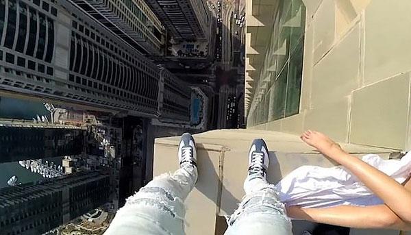 俄男子无安全措施攀爬77层高摩天大楼外墙炫技