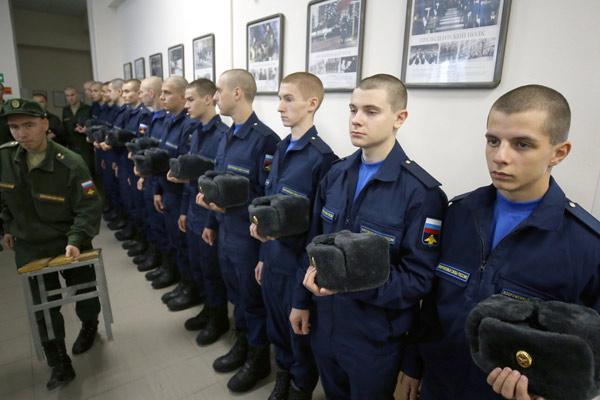 俄罗斯:圣彼得堡应征入伍士兵 服役出发前准备工作进行时